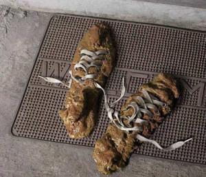 Ein sehr prosaisches Foto von einem Paar Schuhe, das aus Kot unbekannter Herkunft besteht. Nur die Schnürsenkel sind nicht aus Kot. Aber der Rest der Schuhe. Reiner Kot.